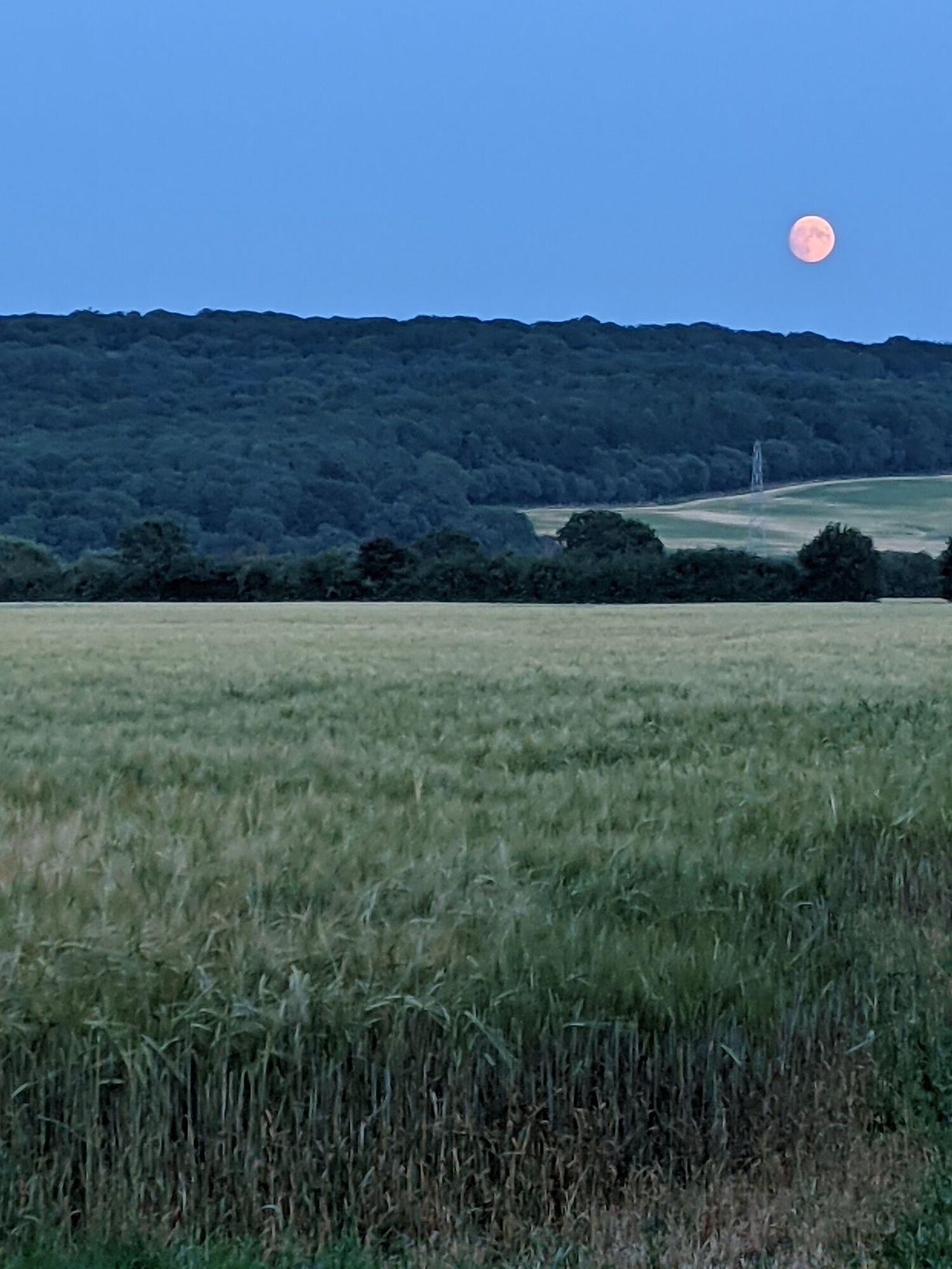 Початок повного місяця в сутінках.