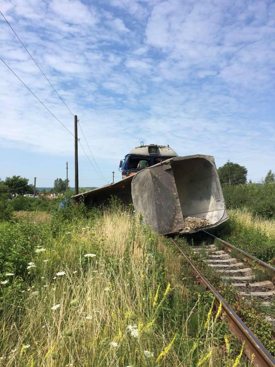 Поїзд збив вантажівку
