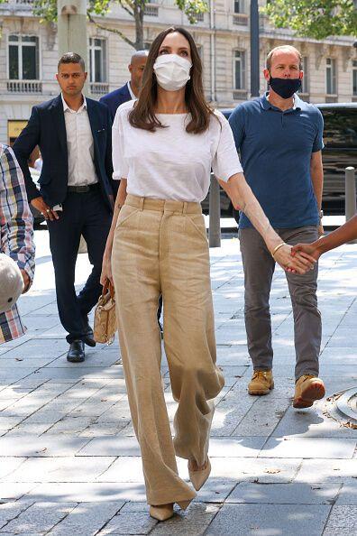 Джоли гуляет по улицам Парижа