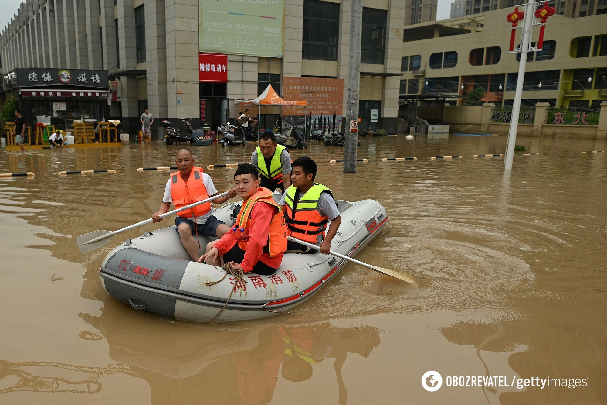 Люди плавали на човнах по вулицях