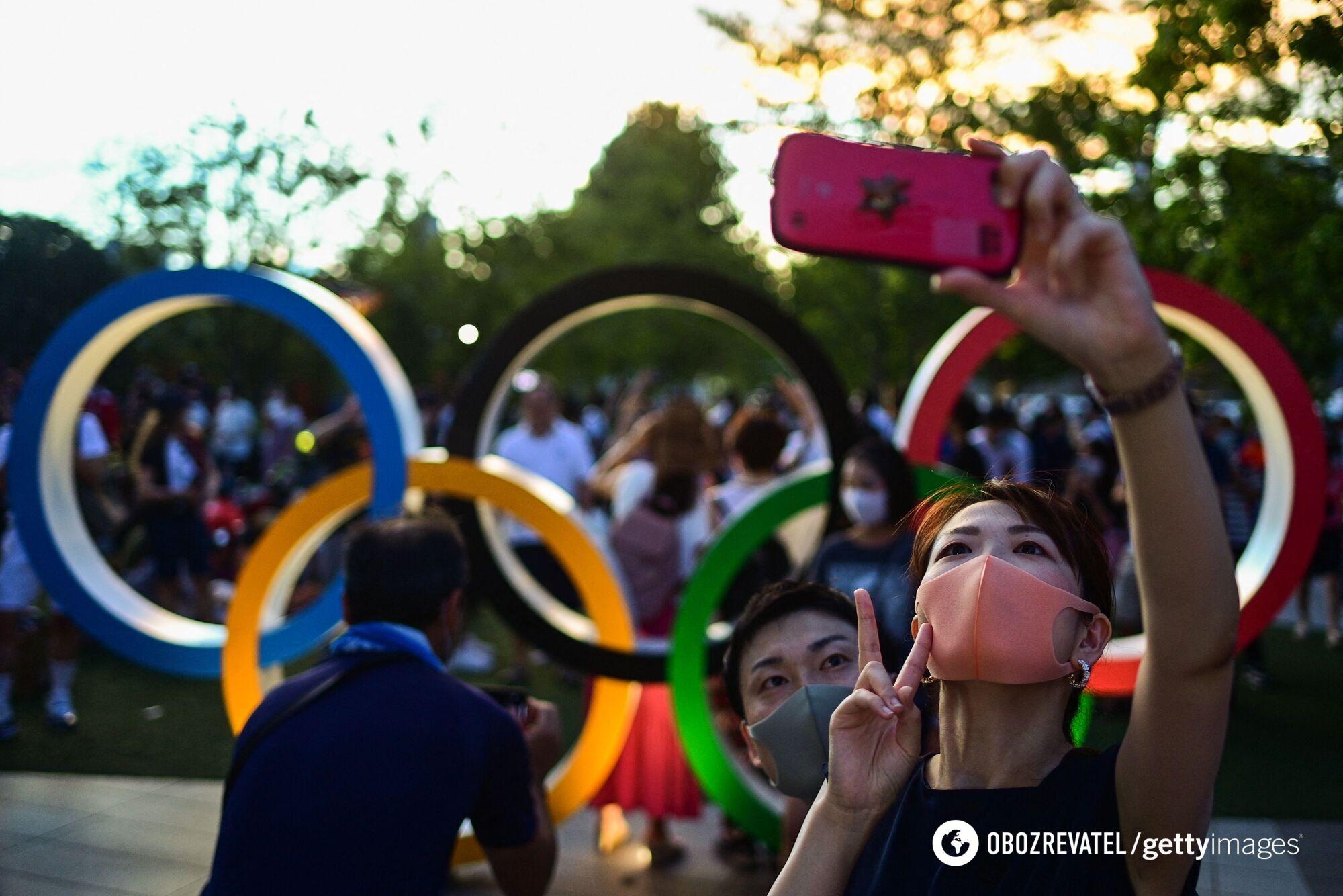 Вболівальники на тлі олімпійських кілець.