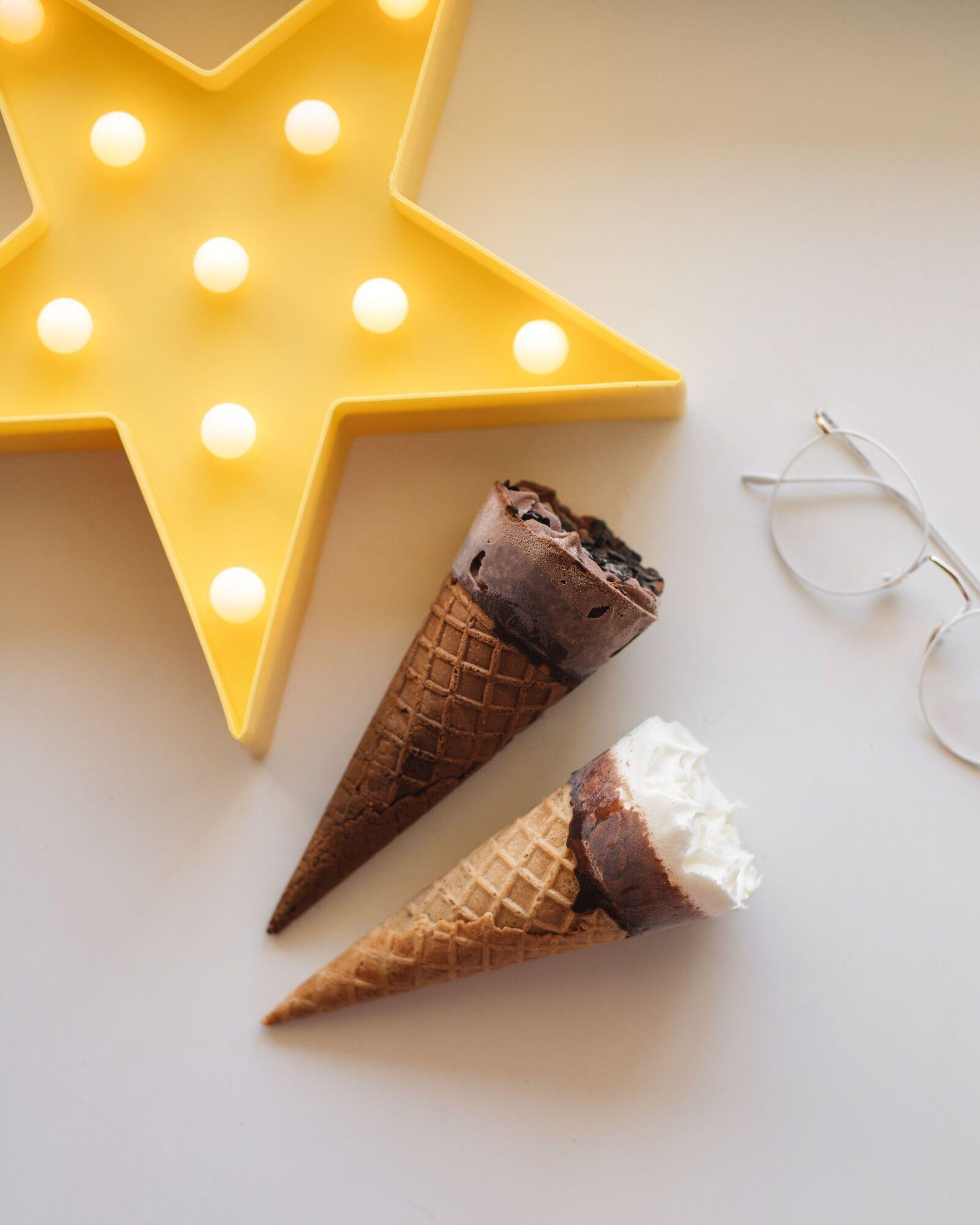 Мороженое пломбир и шоколадный пломбир МОРЖО в вафельном сахарном рожке