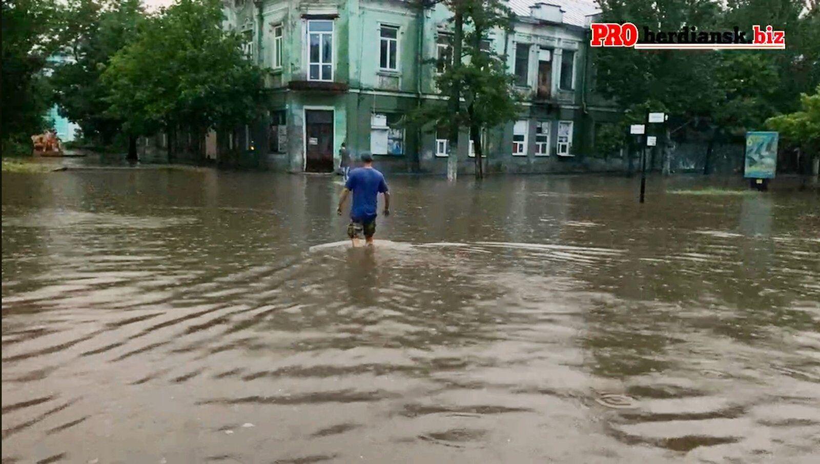 Люди на затоплених вулицях