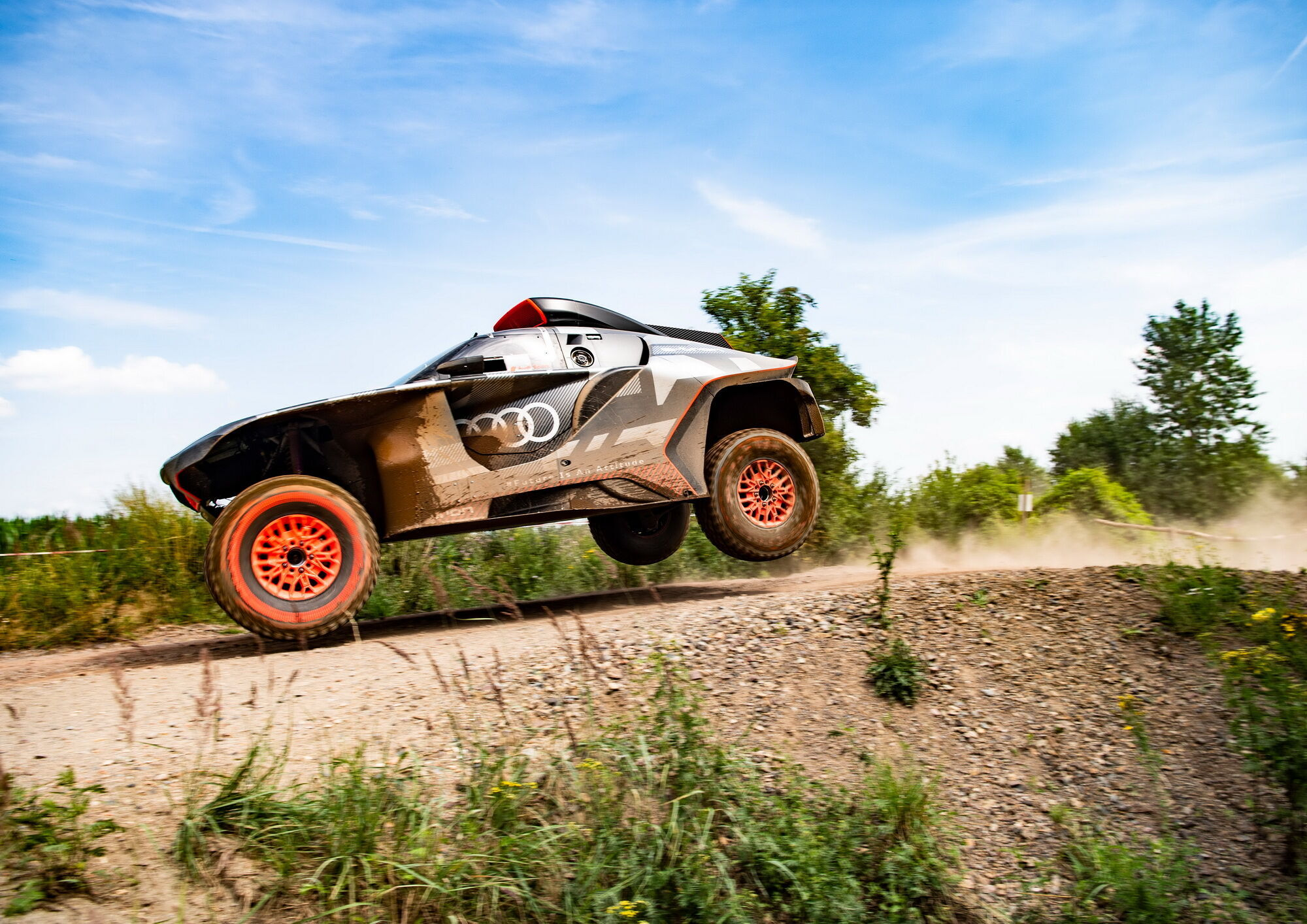 До кінця року компанія планує провести всі необхідні випробування та підготувати Audi RS Q e-tron до старту гонки