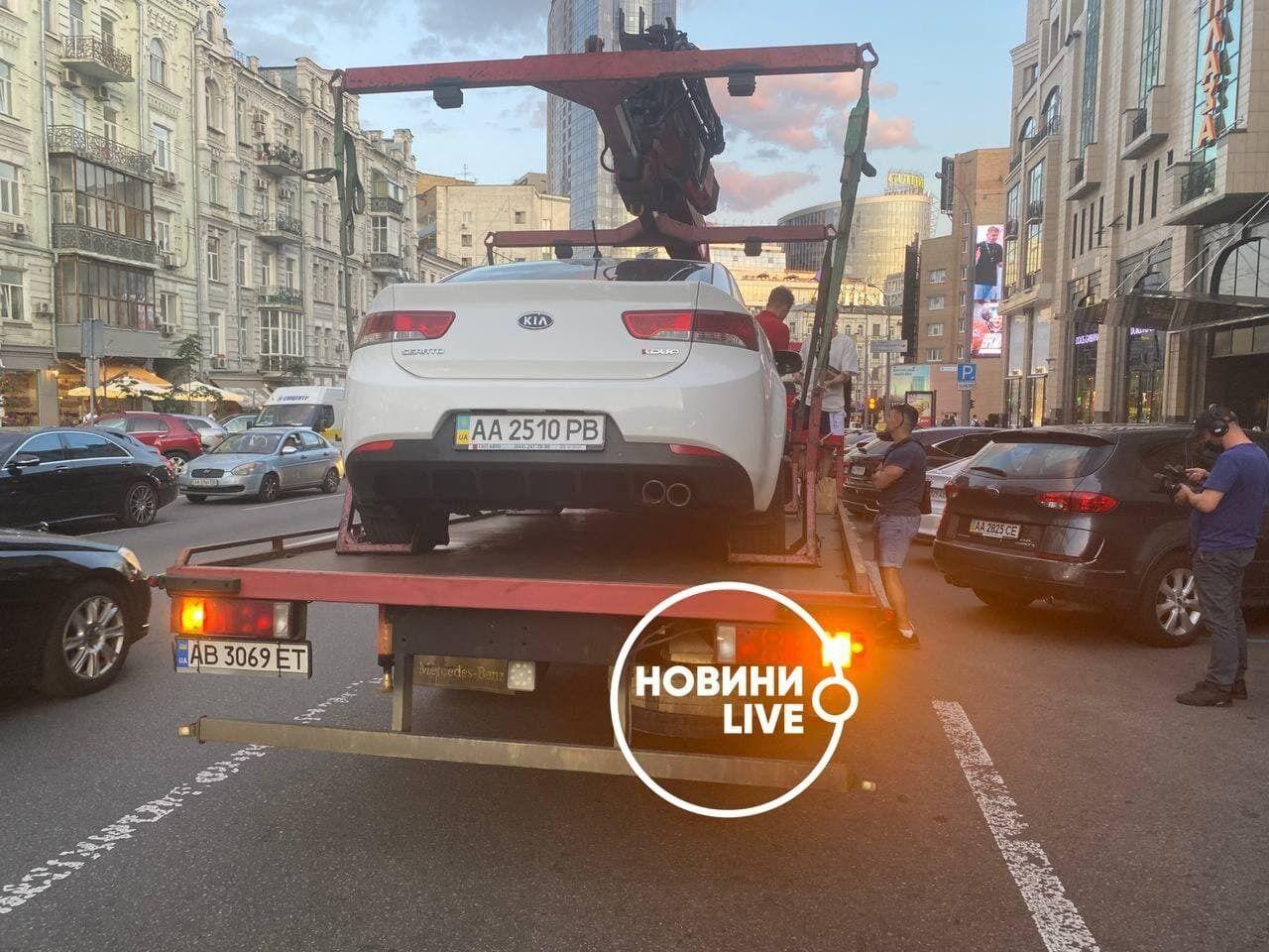 Эвакуатор погрузил на платформу автомобиль блогера