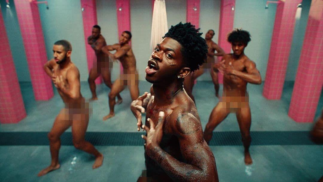 Lil Nas X станцевал голым.