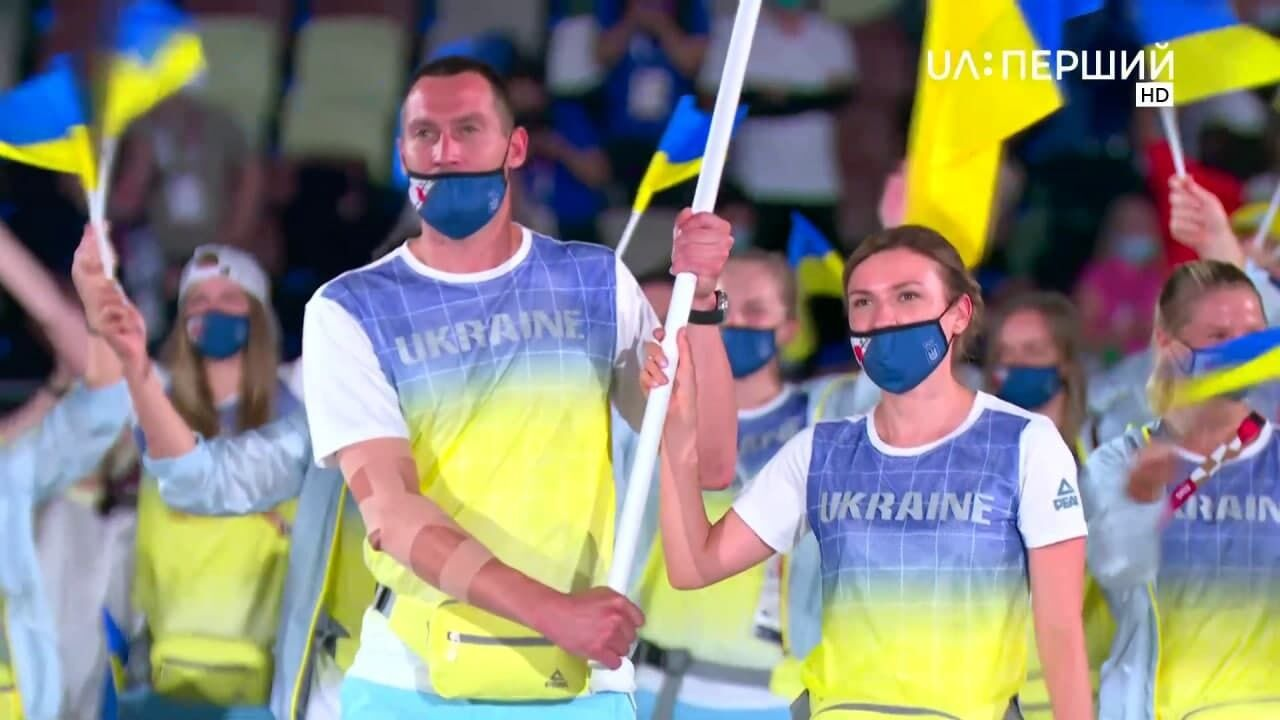Флаг Украины на церемонии несли Богдан Никишин и Елена Костевич