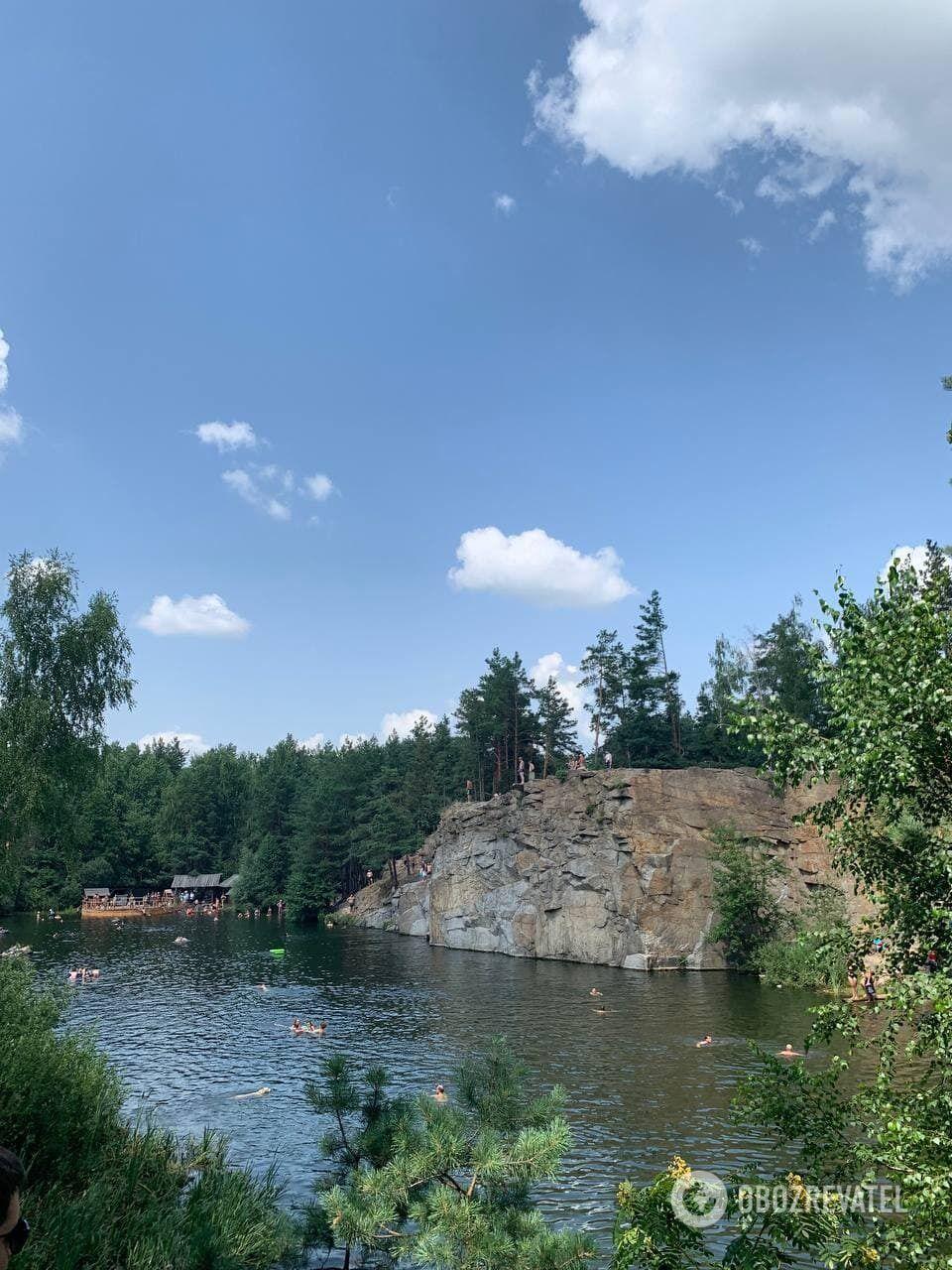 Озеро образовалось после того, как забросили карьер.