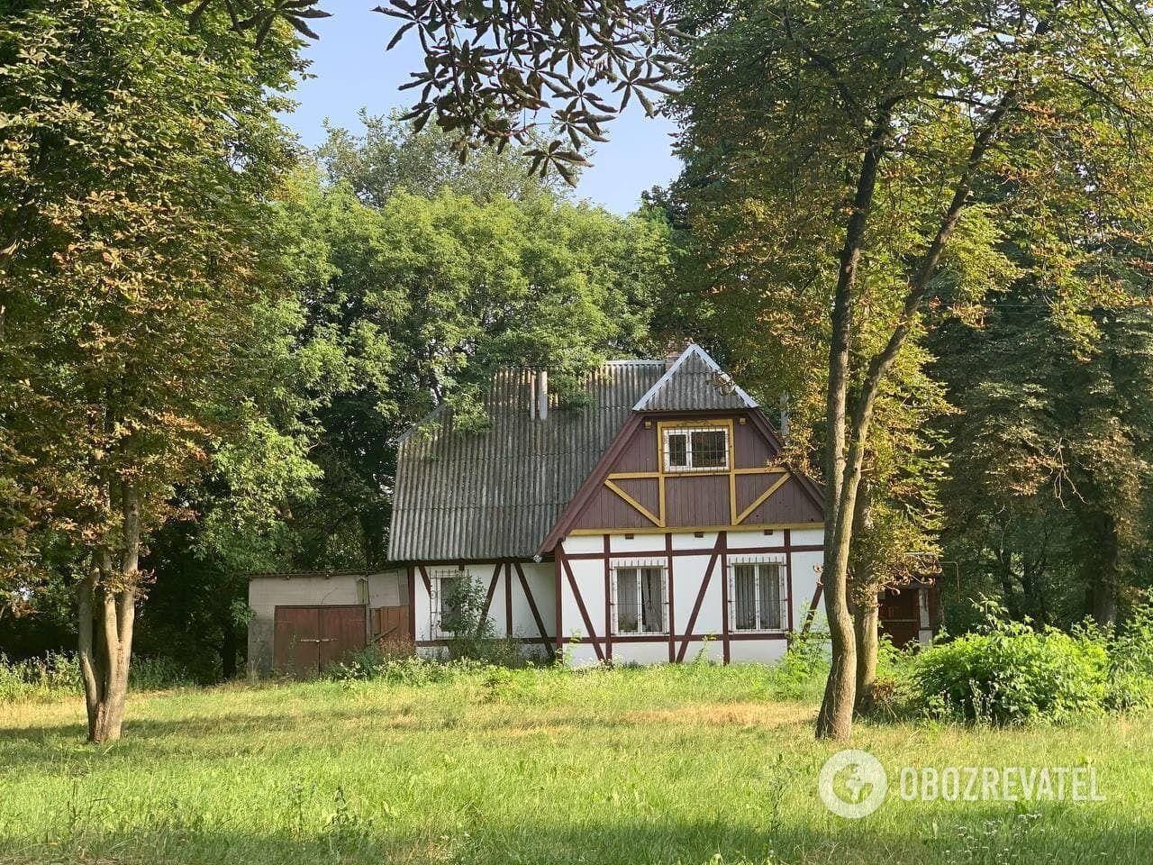 Фахверковый дом в городском парке.