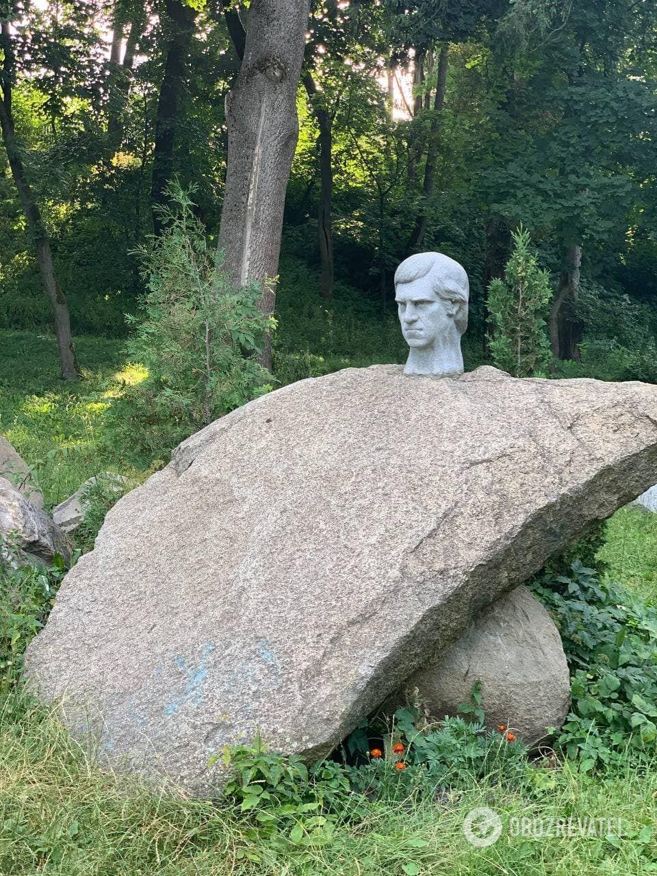 """Висоцький """"сховався"""" за каменем."""