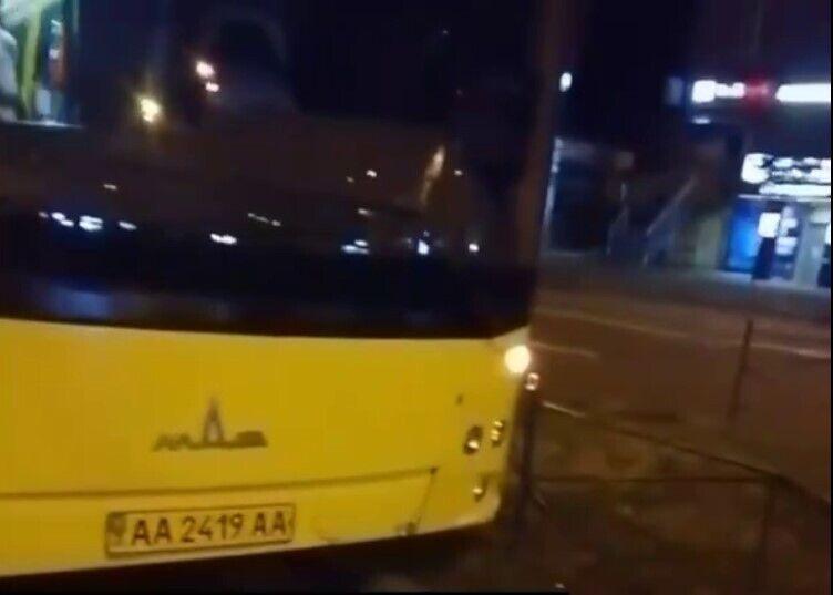 Автобус протаранил забор