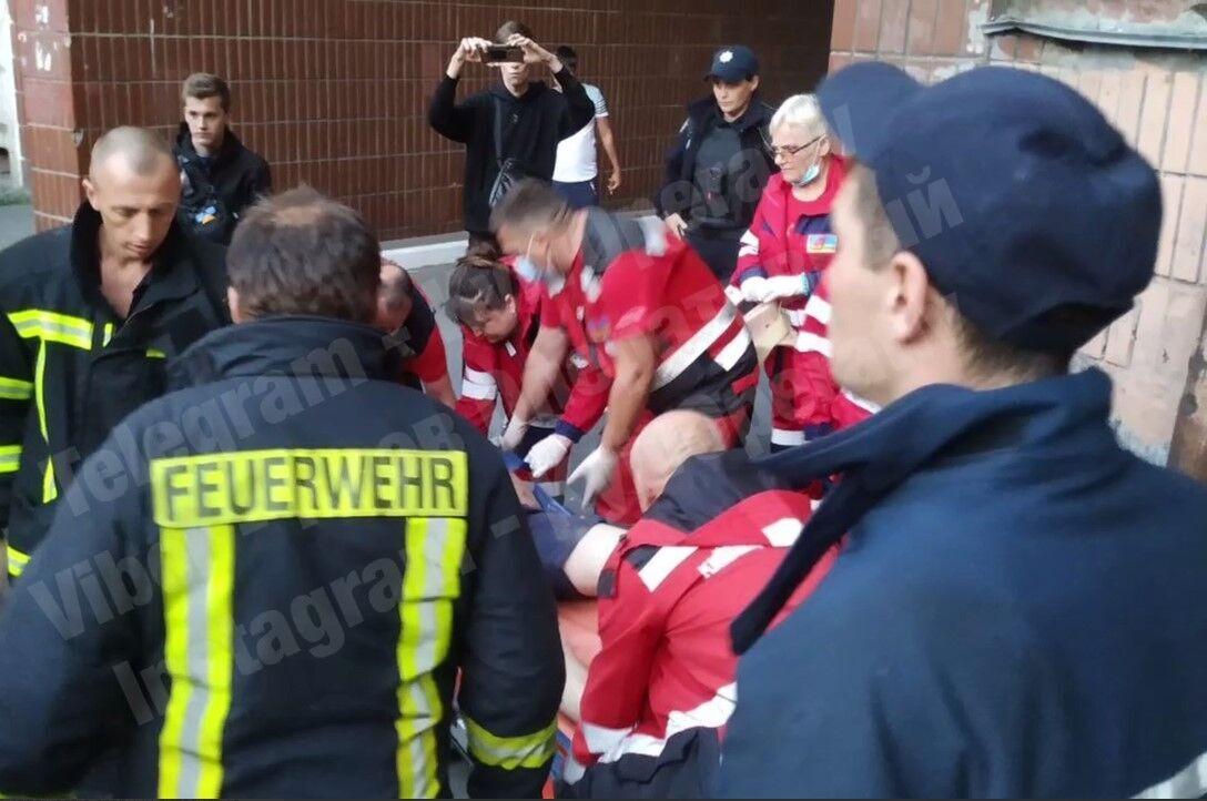 Общими усилиями полиции и спасателей мужчину спустили на первый этаж.