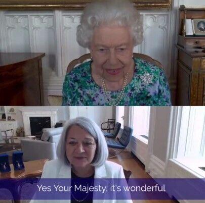 Елизавета II провела видеоконференцию в ярком платье.