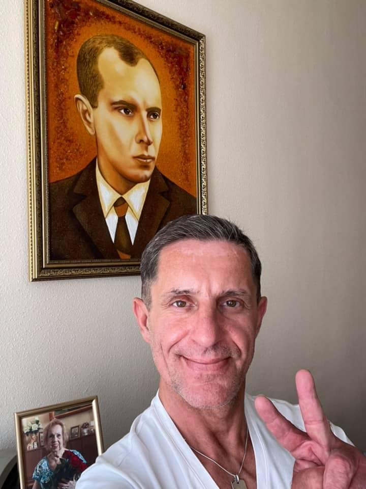 Шкиряк сопроводил пост об увольнении фото с портретом Бандеры.