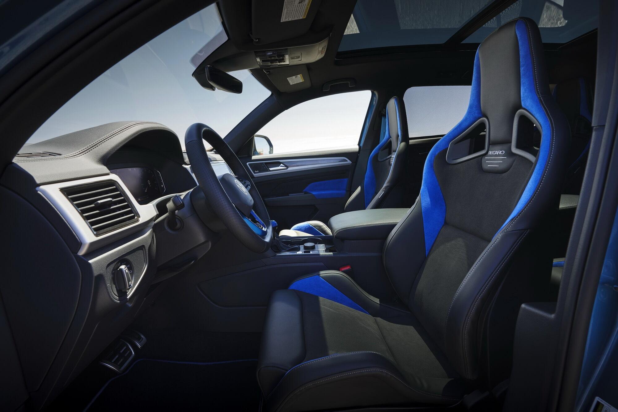 Уникальный синий цвет также используется в оформлении интерьера