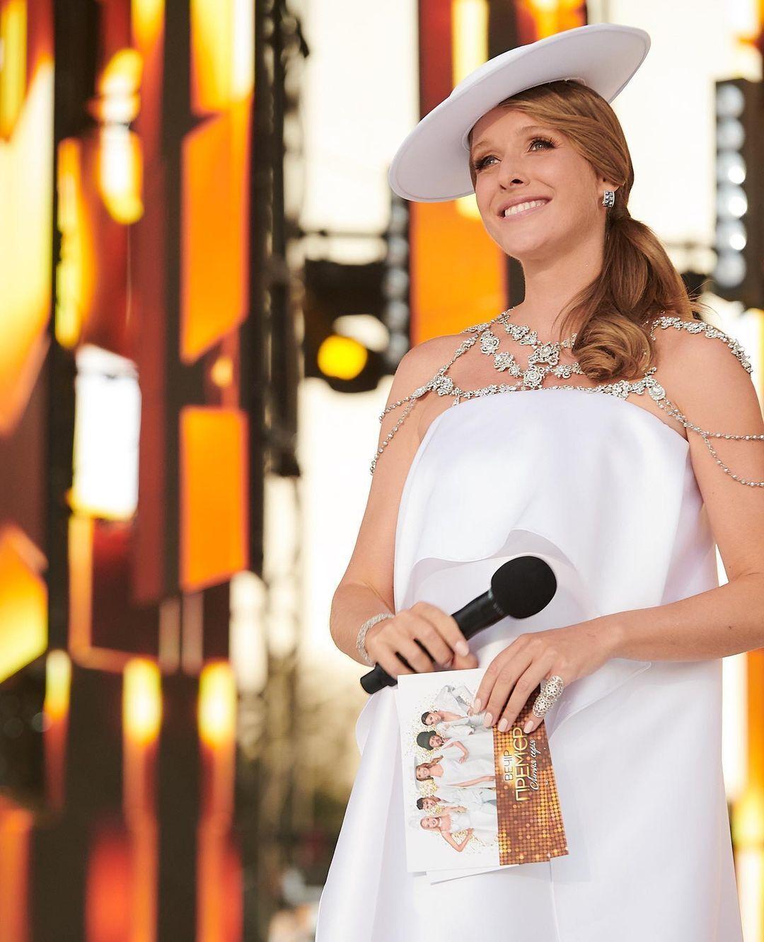 Як аксесуари Осадча вибрала оригінальний білий капелюх, широкий браслет і сережки з камінням