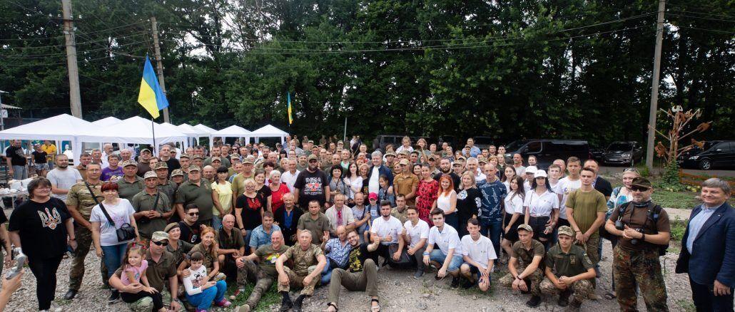 Військові, волонтери та активісти зібралися на патріотичний захід у селі Карлівка Марїнського району Донецької області