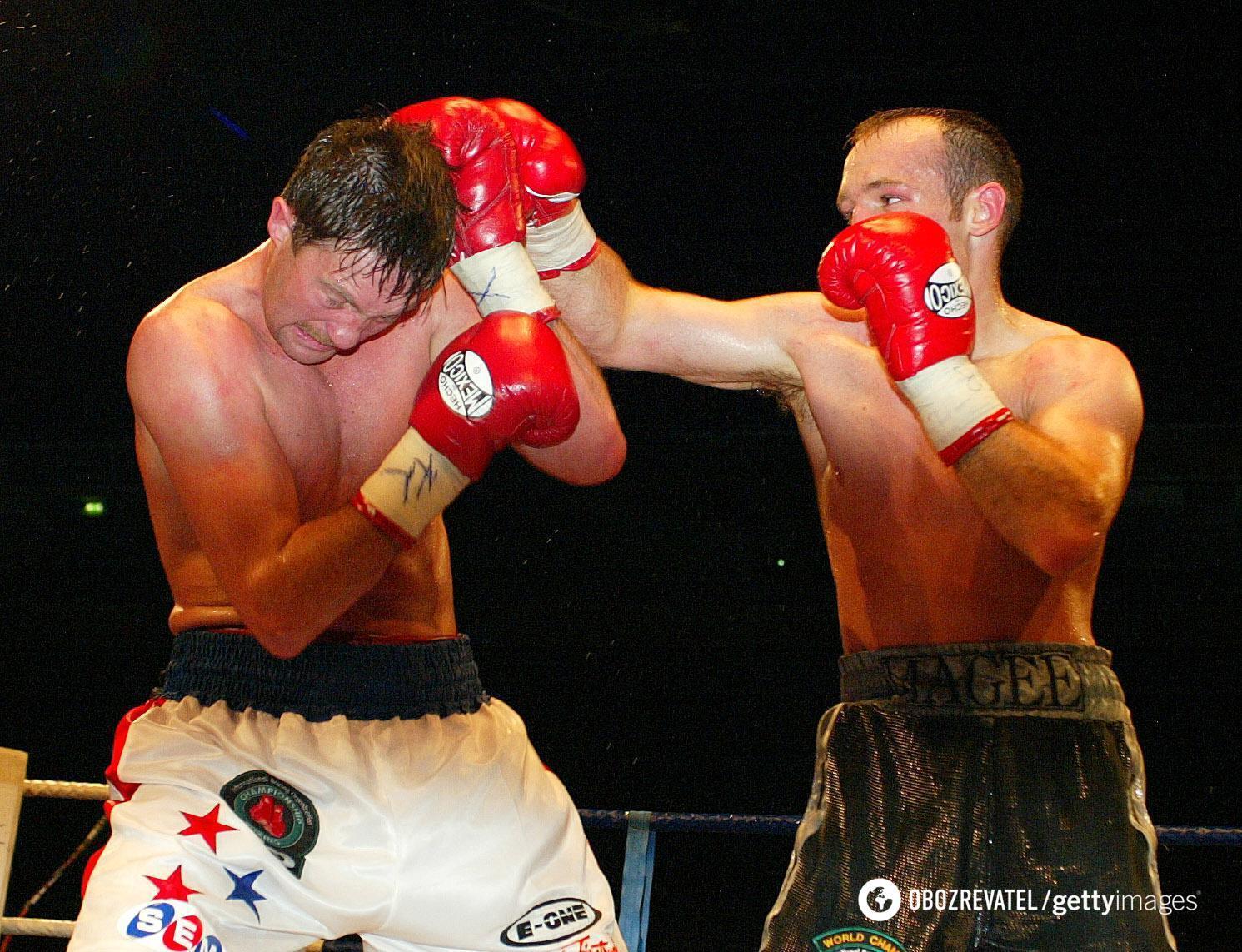 Андре Тюссе (слева) в бою с Брайаном Маги.