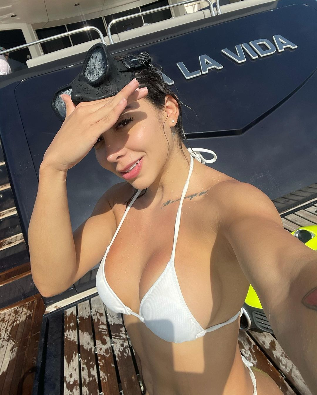 Лаура Робертс у купальнику