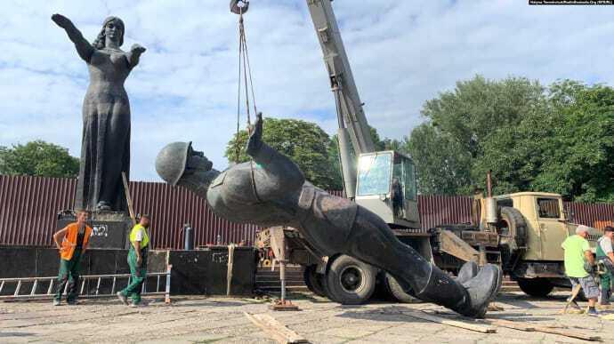Монумент славы начали демонтировать еще в 2019 году.