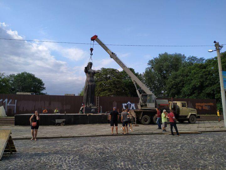 Монумент славы во Львове уже убрали полностью.