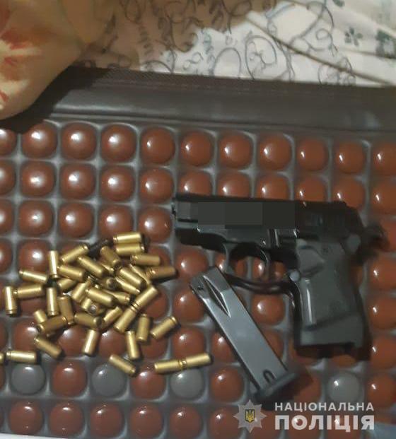 У банди знайшли пістолет.