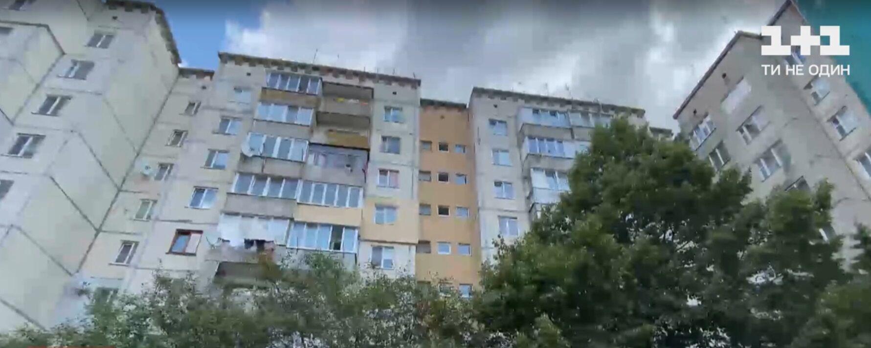 Жінка з родиною мешкає у багатоповерхівці.
