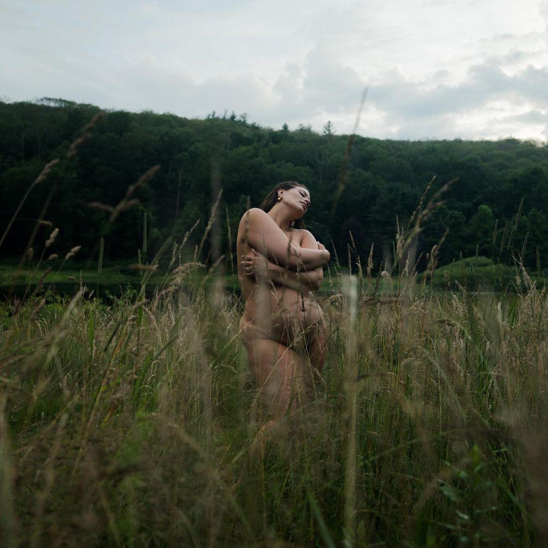 Эшли Грэм предстала перед камерами без одежды, прикрыв пышную грудь руками