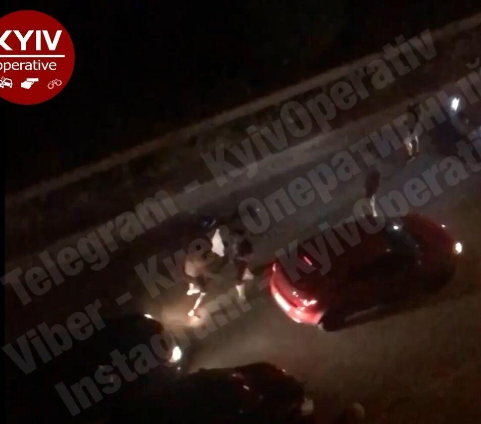 Андрій Федінчик влаштував скандал посеред вулиці в Києві і накинувся на водія
