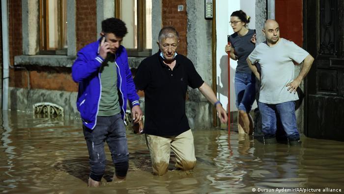 Бельгійці змушені пересуватися вулицями по коліно у воді.