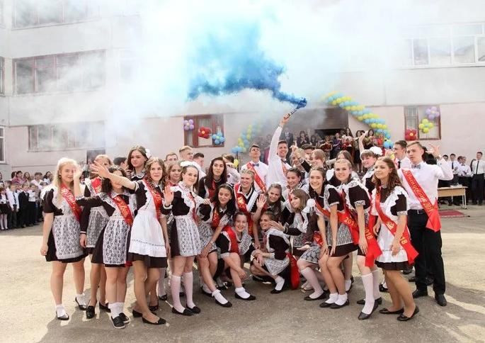 Сучасні школярки в радянському вбранні