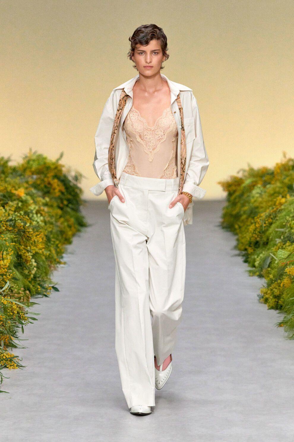 Широкие белые брюки.