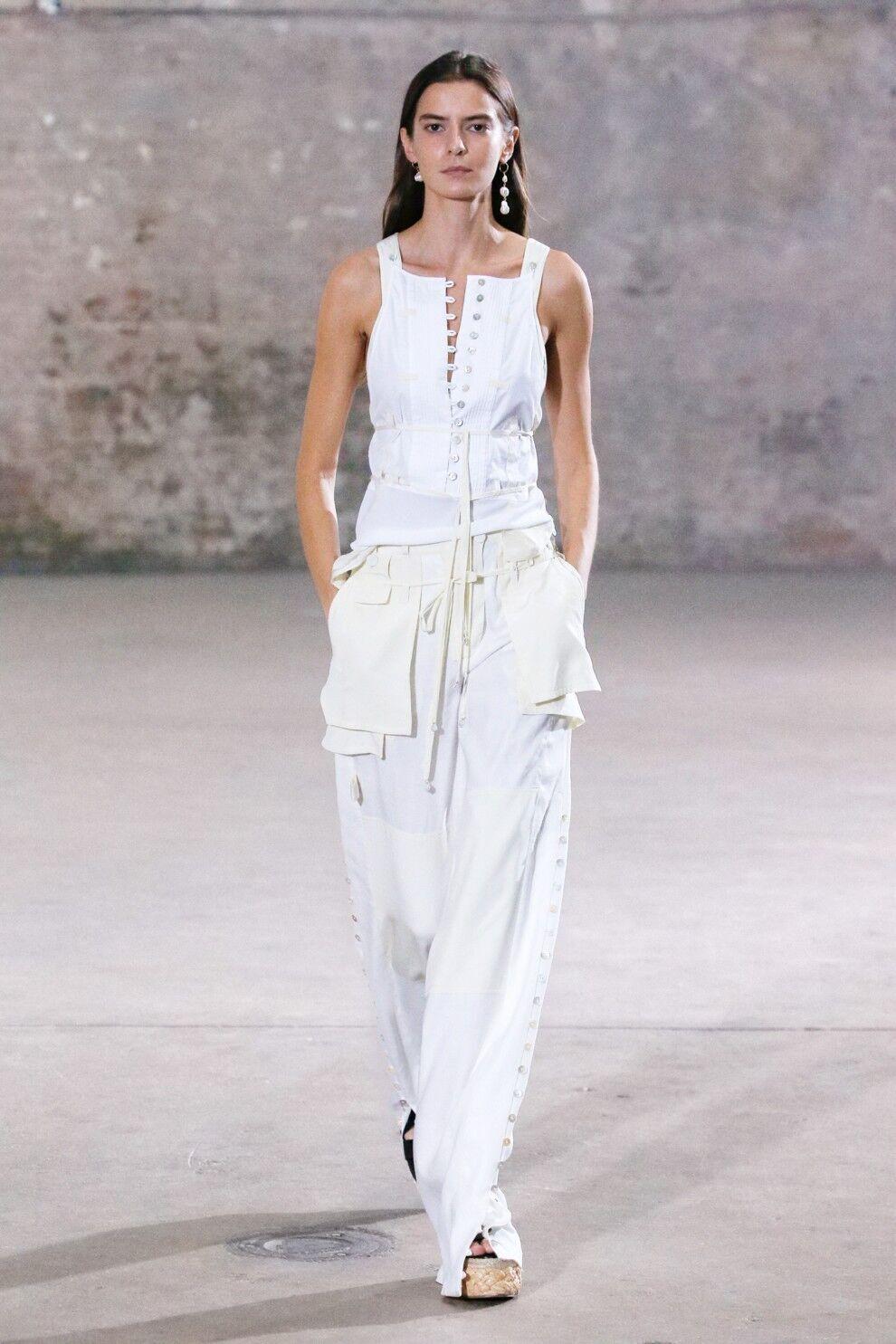 Белые брюки с белым верхом.
