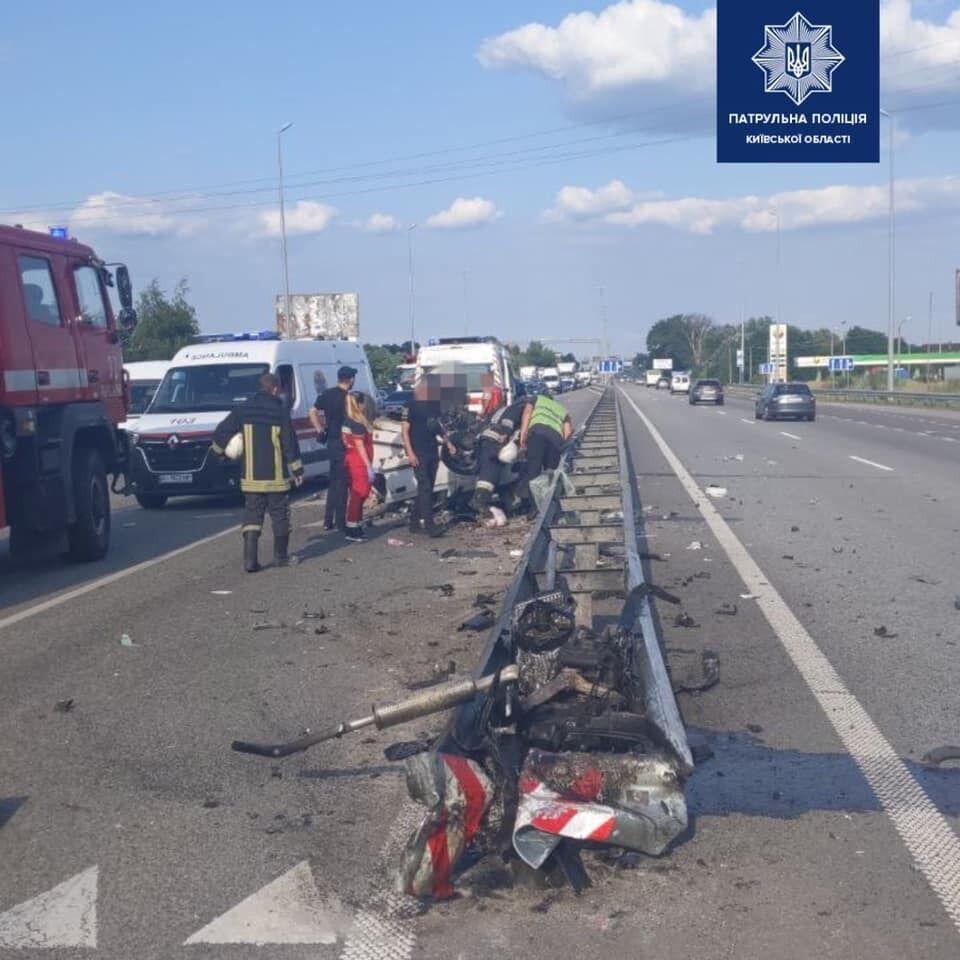 Унаслідок аварії машино розірвало.