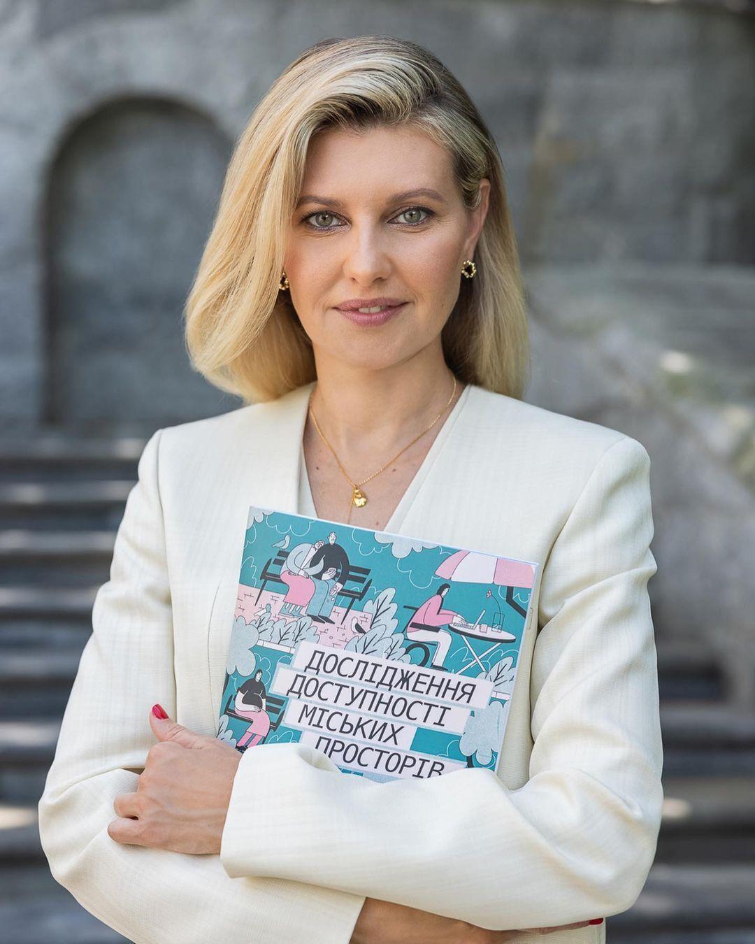 Елена Зеленская в белом наряде.