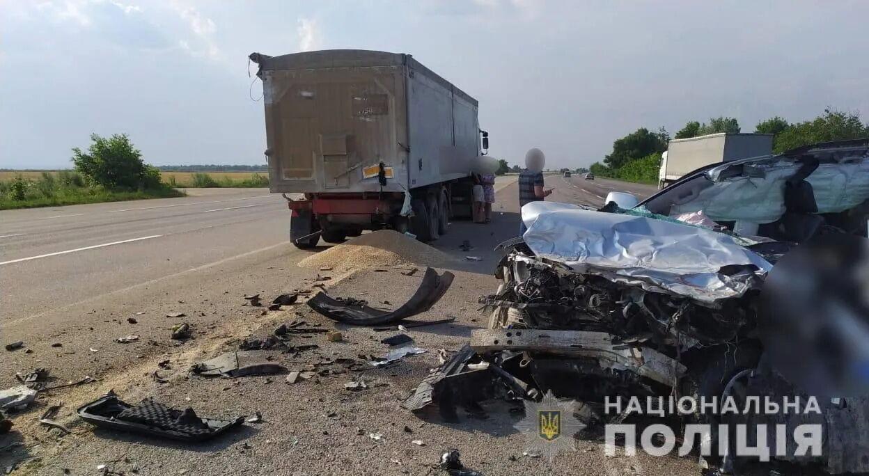 Водій автомобіля загинув на місці аварії.