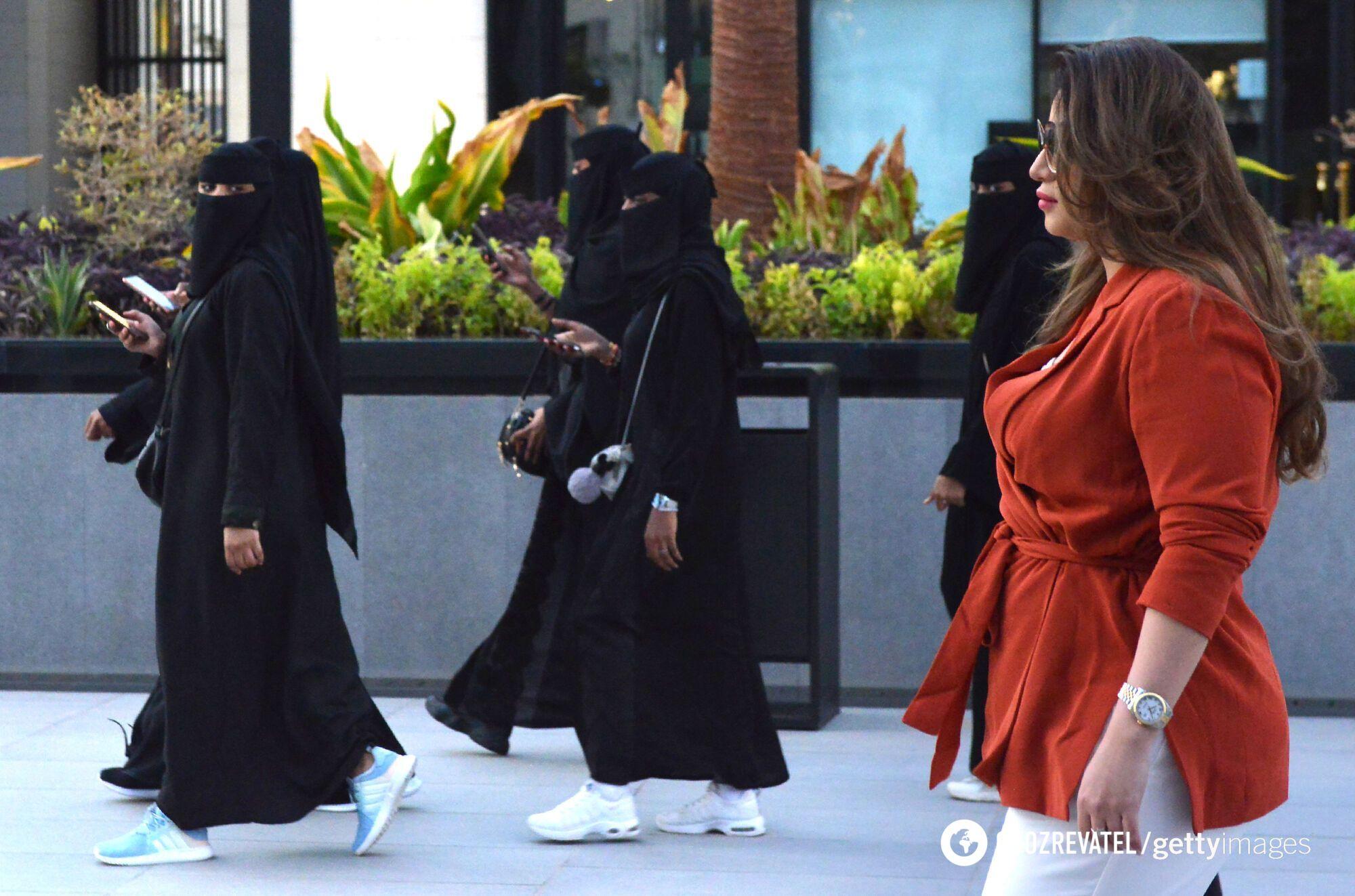 Женщины-туристки из Саудовской Аравии носят никаб.