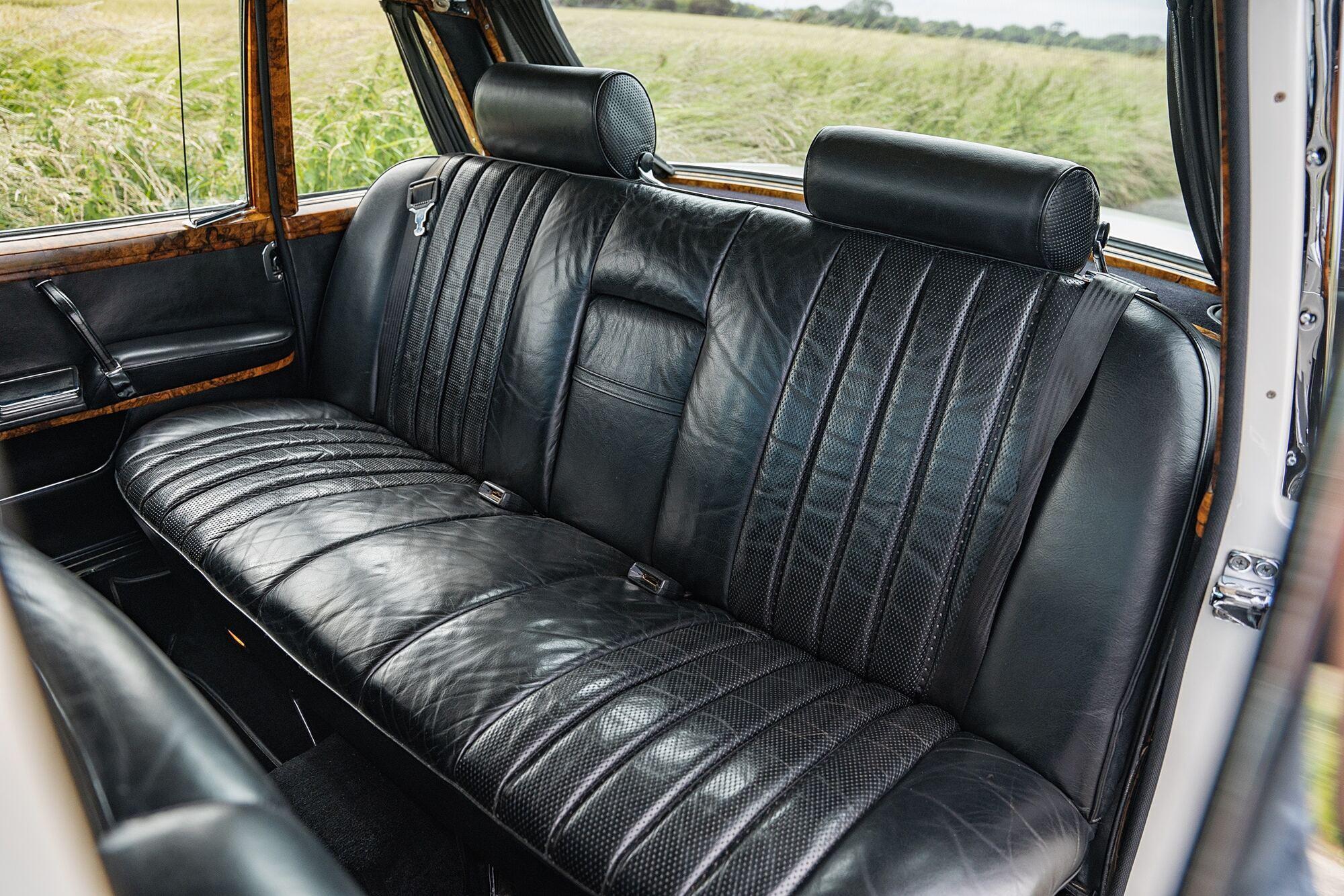 Автомобиль сохранил до сегодняшних дней родную белую окраску кузова и черный кожаный салон