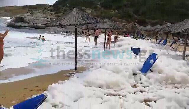 Щільний шар піни накрив пляж на популярному грецькому курорті.