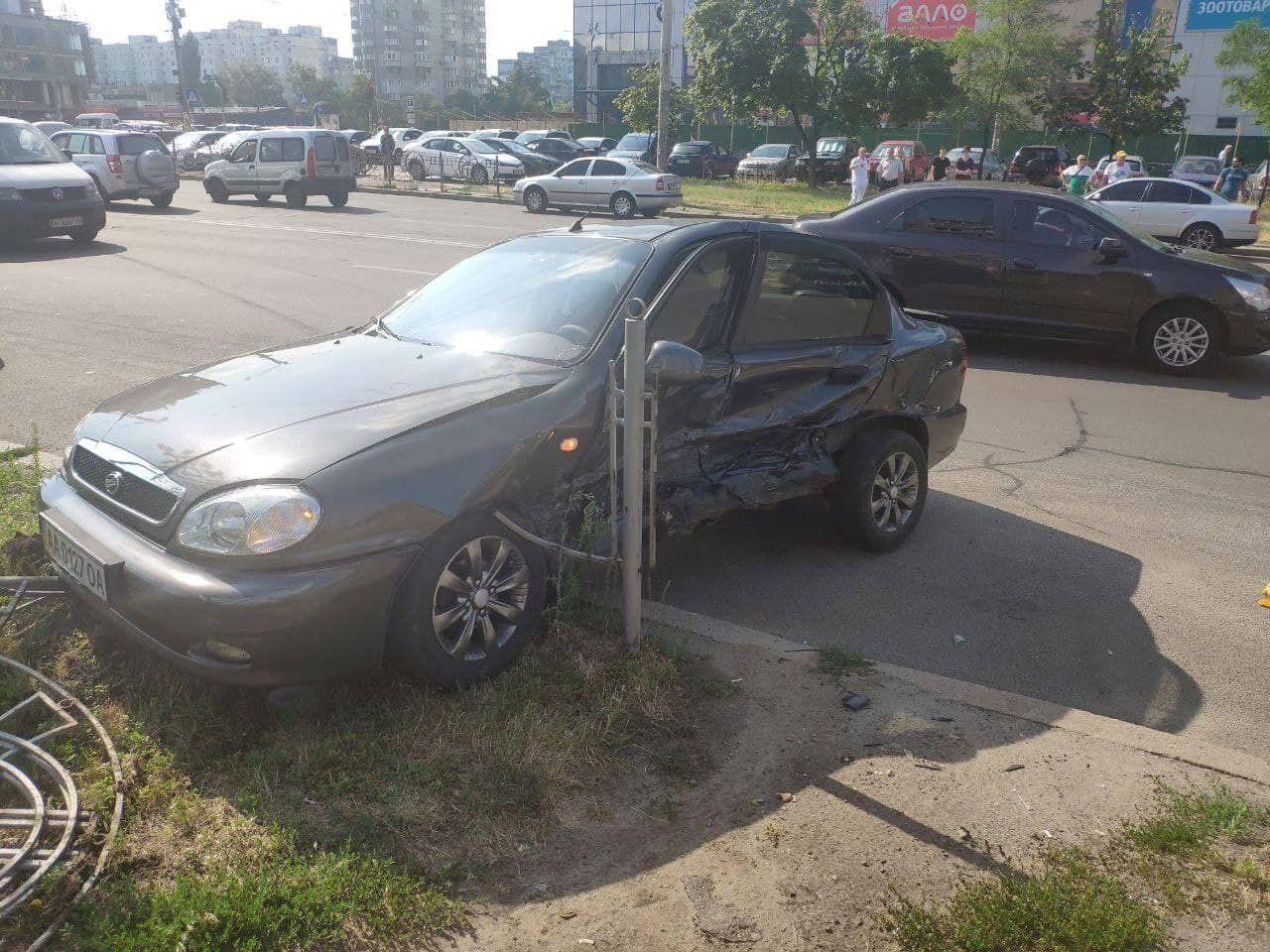 Таксі спровокувало ДТП за участю п'яти авто.