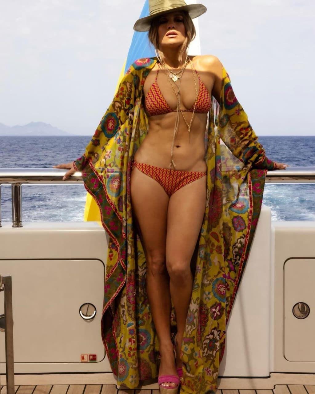 Дженнифер Лопес на яхте.