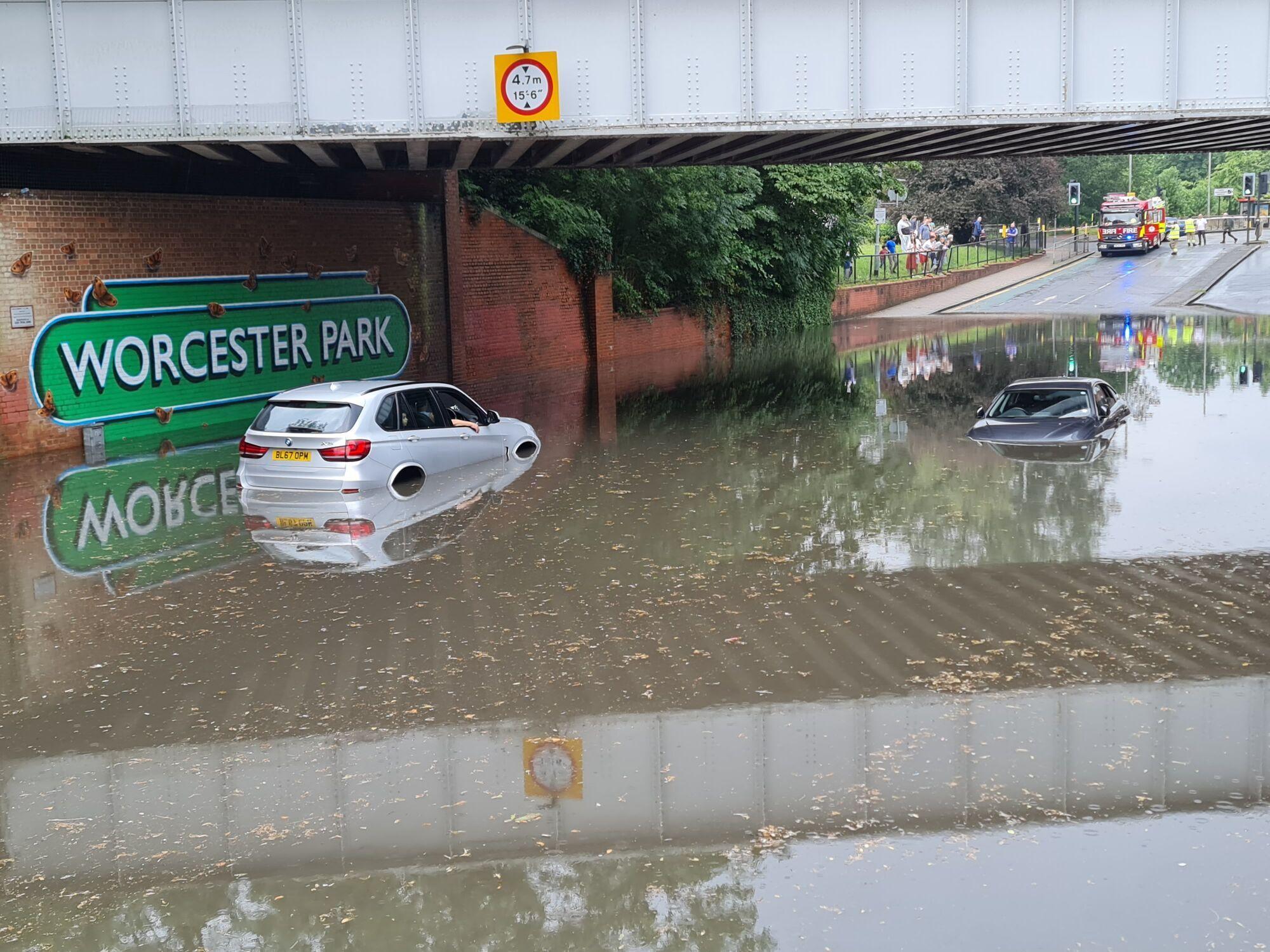 Множество дорог оказались затопленными.