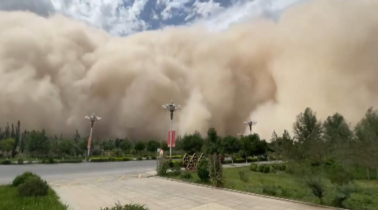 Негода накрила місто в Китаї.