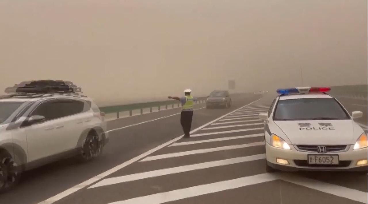 Поліція просила водіїв зупинитися.