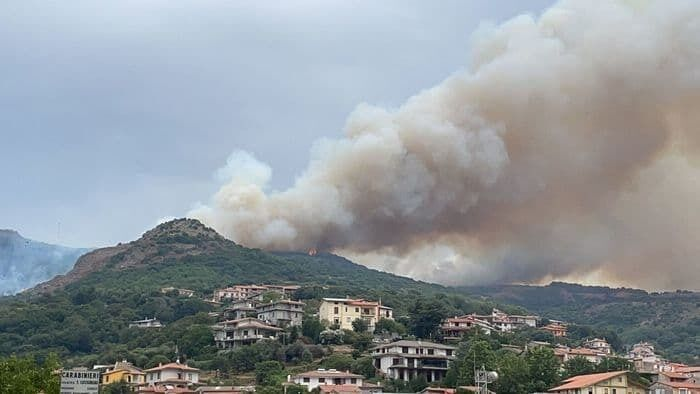 На Сардинии борьба с масштабными лесными пожарами продолжается уже третий день.