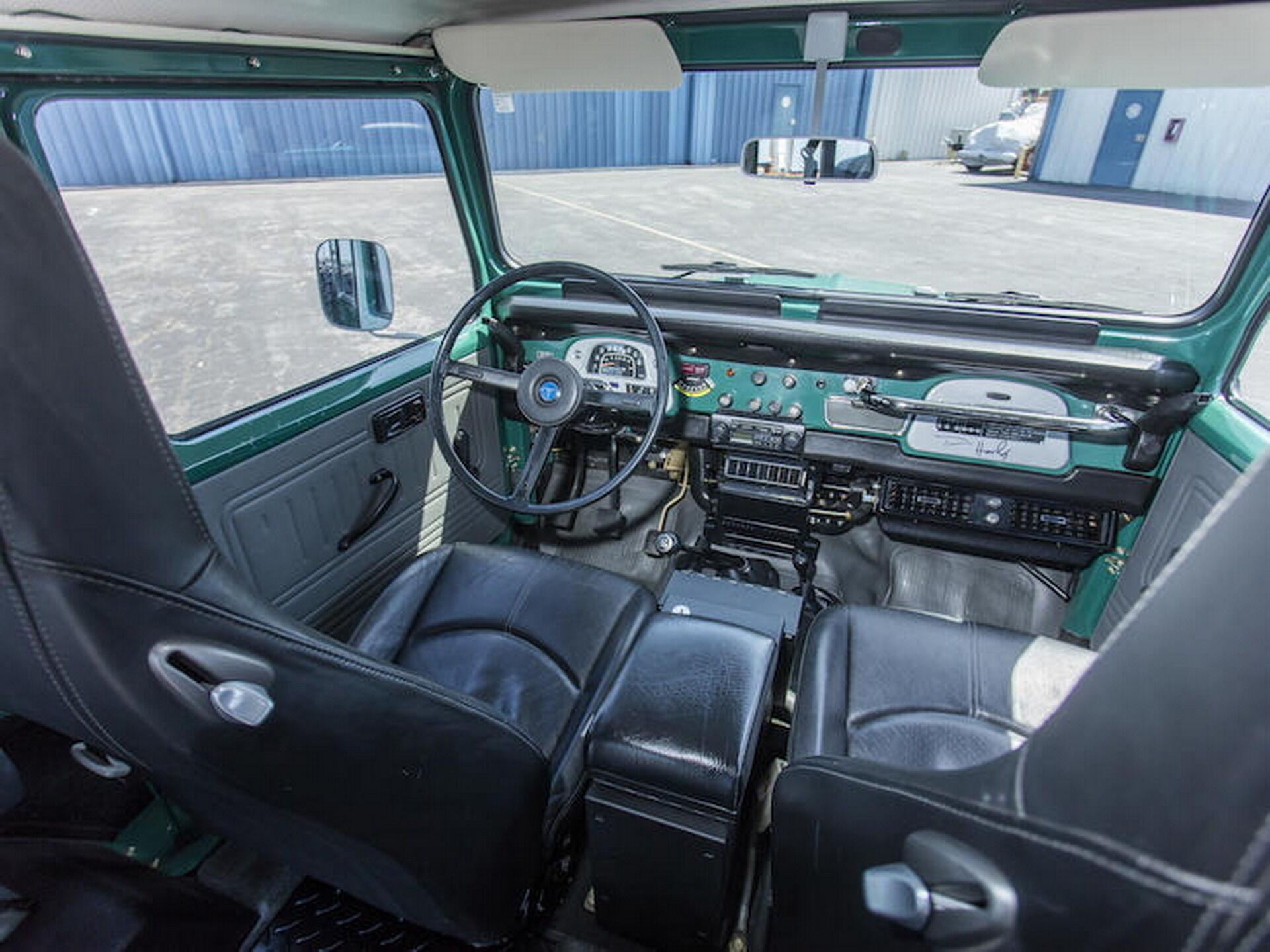В салоне появились более удобные передние кресла Porsche, кондиционер, а также магнитола Sony