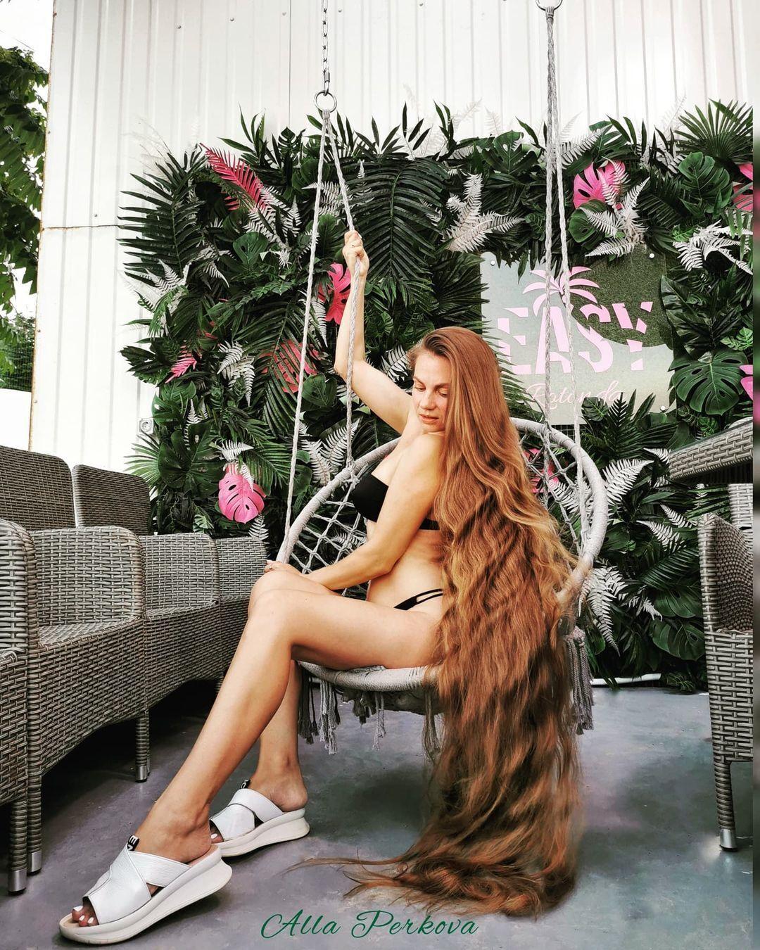 Украинка Алла Перькова и ее длинные волосы