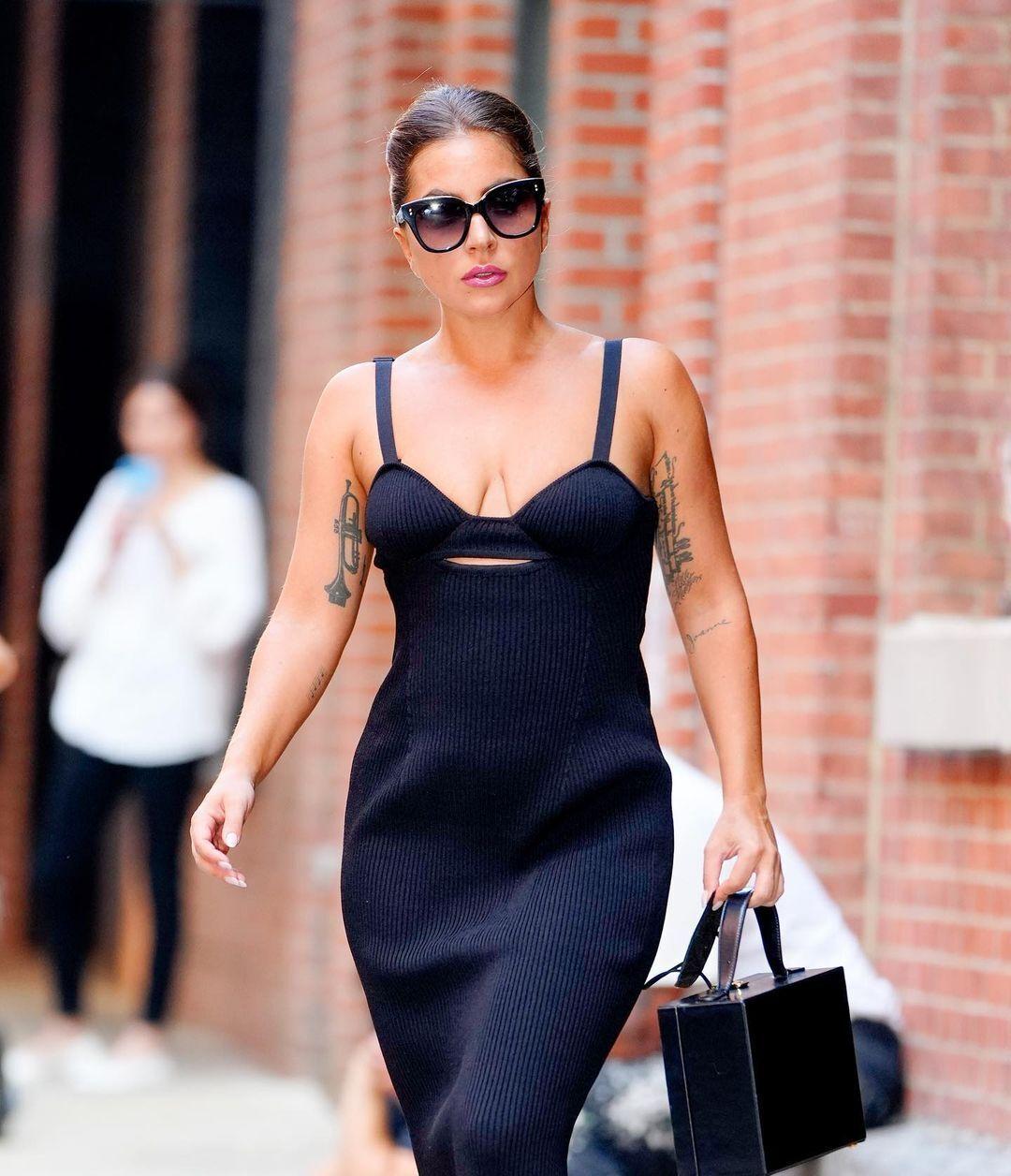 Леді Гага в обтислій сукні