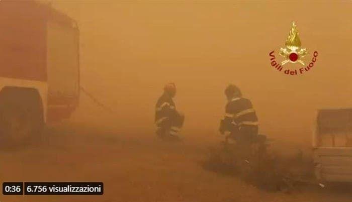 На островах Сардиния и Сицилия в Италии вспыхнули масштабные лесные пожары.