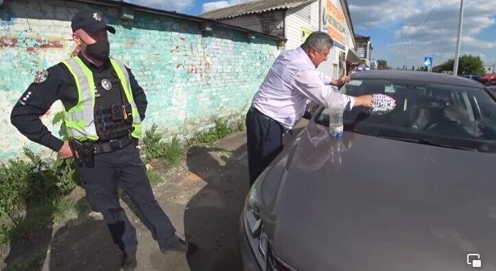 Мужчина угрожал активистам и полицейским